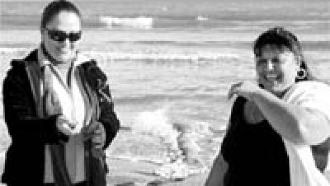 Dos de las mujeres que salieron de la prisión el martes para disfrutar del día en la playa de la Malvarrosa.