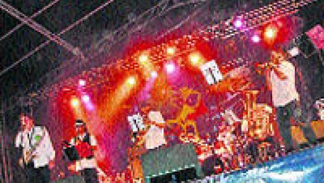 La banda de Mos durante una de sus actuaciones.