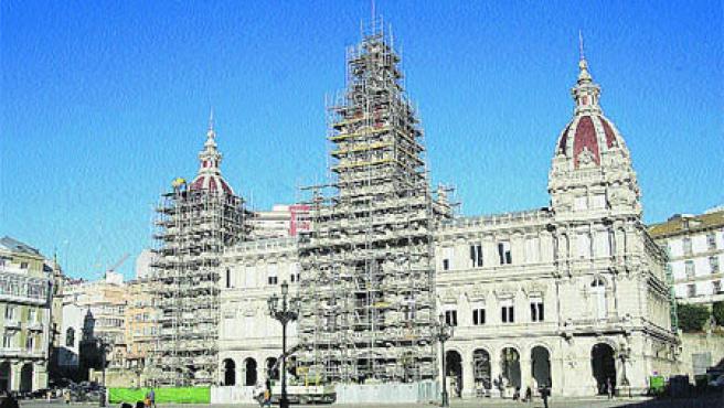 El Palacio Municipal de María Pita se despoja de los andamios que desde hace meses cubren su fachada para la reforma de sus paredes (M. Fuentes).