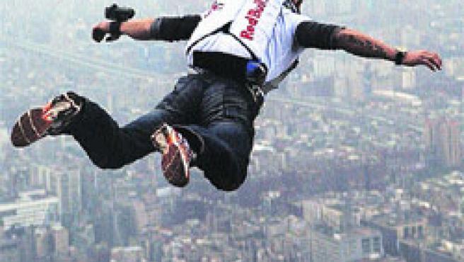 Baumgartner salta al vacío desde la torre Taipei 101.(RETURES).