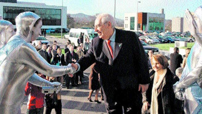 El presidente asturiano, Vicente Álvarez Areces, saluda a unos figurantes. (EFE).