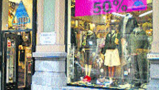 En esta tienda del centro de Oviedo se hacen descuentos del 50%.(R.A.)