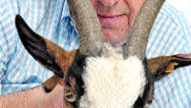El actor catalán José María Pou, con una cabra.