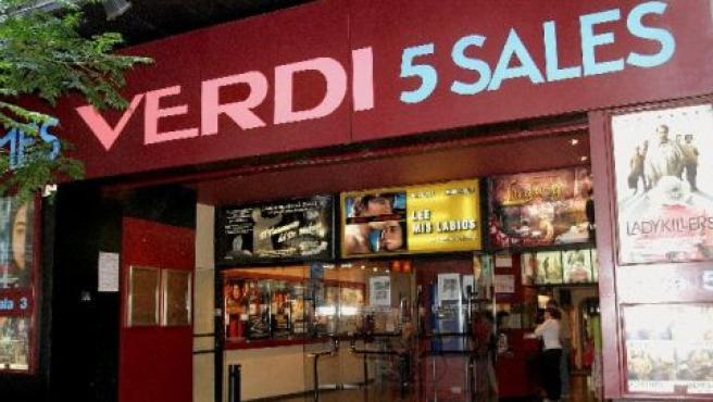 Acceso a las salas de los cines Verdi de Barcelona.