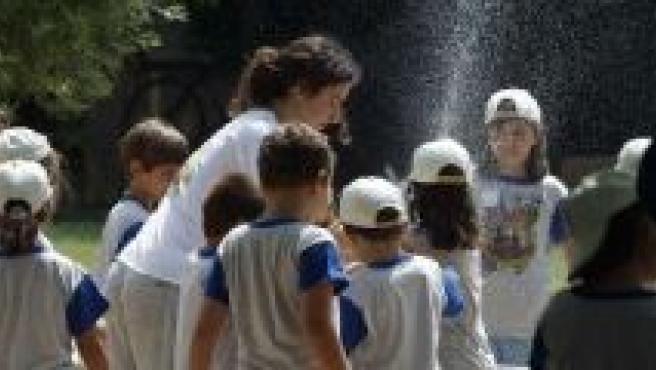 Monitor de verano con un grupo de niños