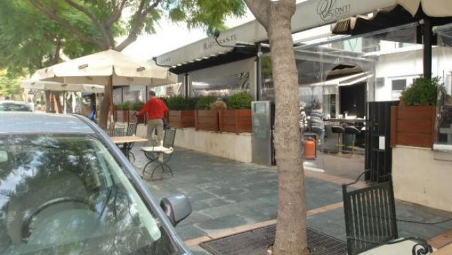Vista del local del centro de Marbella (Málaga), donde un ciudadano extranjero falleció anoche al ser tiroteado por dos individuos (EFE).