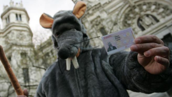 Ratardón, la 'Rata privatizadora', enseñando su DNI de roedor.