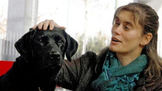 Ana María acaricia a Xua, su perro guía.