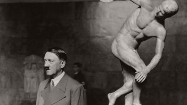 Hitler junto a una reproducción del Discóbolo (Archivo)