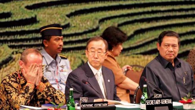 El secretario ejecutivo de la Convención Marco sobre Cambio Climático de Naciones Unidas (UNFCCC) Yvo de Boer (i) se tapa la cara con las manos junto al secretario general de Naciones Unidas Ban Ki-moon (c), y el presidente indonesio Susilo Bambang Yudhoyono (d).