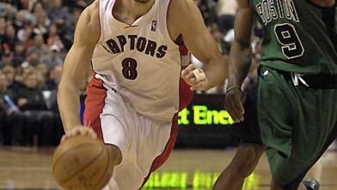 José Manuel Calderón conduce el balón ante la marca del jugador de los Celtics de Boston Rajon Rondo. (Warren Toda / EFE).