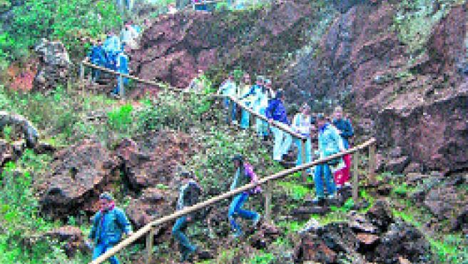 Excursionistas disfrutan de una escapada al Cerro del Hierro, en la Sierra de Sevilla. (Medio Ambiente)