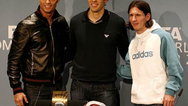 Cristiano Ronaldo (i), Kaká (c) y Messi (d) posan durante LA conferencia previa a la gala de la FIFA. (Efe)