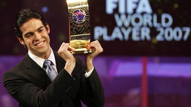 Kaká levanta su premio en la gala de la FIFA en Zúrich. (Reuters)