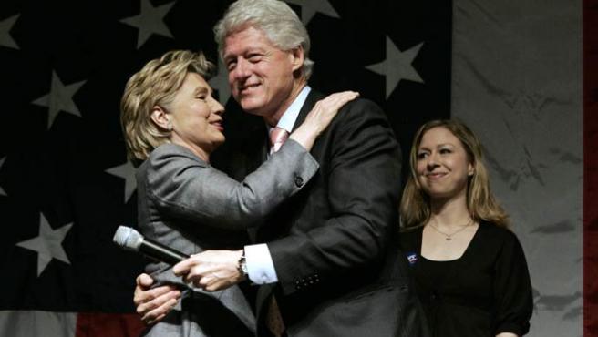 Los Clinton, durante un acto de campaña (K. Bedford / Reuters)