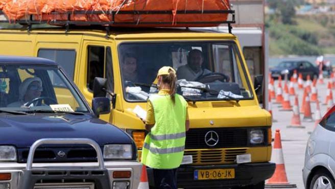 Vehículos esperando para subir al ferry destino a Ceuta (ARCHIVO)