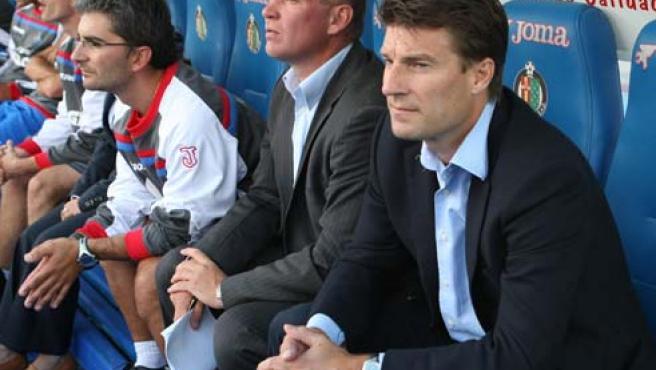El entrenador del Getafe, el danés Michael Laudrup sigue desde el banquillo el partido que enfrenta a su equipo frente al Real Madrid.