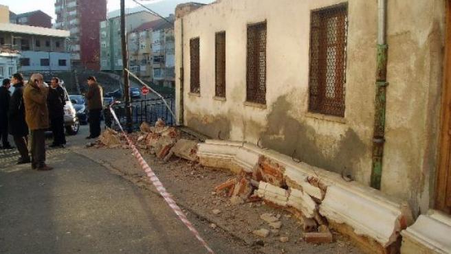 La caída de una cornisa de un edificio en obras ha provocado esta mañana la muerte de una niña de 5 años.