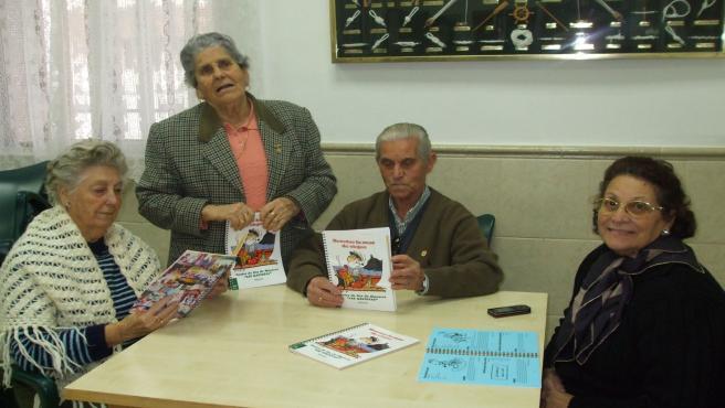 Algunas de las personas mayores que han elaborado el libro