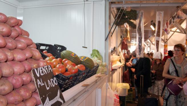 La fruta es uno de los pocos manjares que contiene estos días sus precios en los mercados gaditanos. JOSÉ GARCÍA