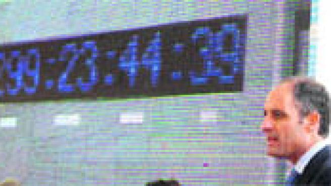 Alicante ya tiene un reloj muy especial en la plaza del Mar(Morell / EFE).