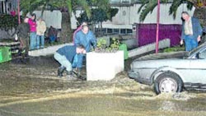 El agua empezó a perder algo de intensidad hacia las 22.00 horas, casi dos horas después de la rotura.(M. Fuentes)