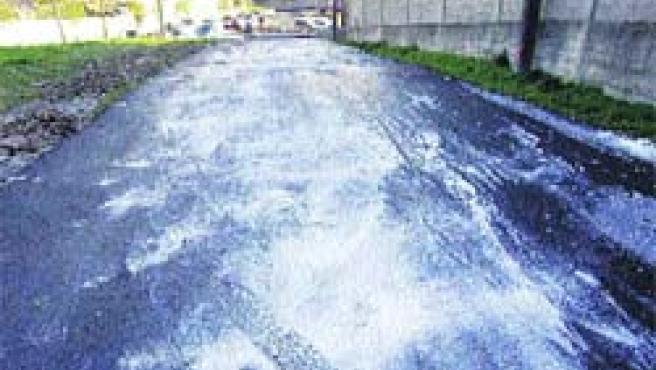 La sal cubrió A Zapateira, zona cubierta de hielo en la que hubo un accidente.(M. Fuentes)
