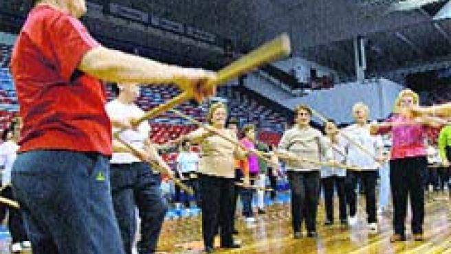 Un grupo de mujeres realizan estiramientos y ejercicios de aeróbic, ayer, en La Casilla.(Mart Calleja)