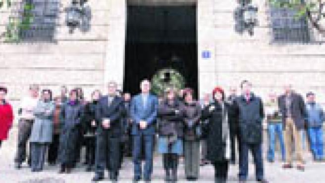 Los trabajadores de la Delegación del Gobierno mostraron ayer a las 12 horas su repulsa hacia el último asesinato que se cobra la violencia machista (J. C. Cárdenas / EFE).