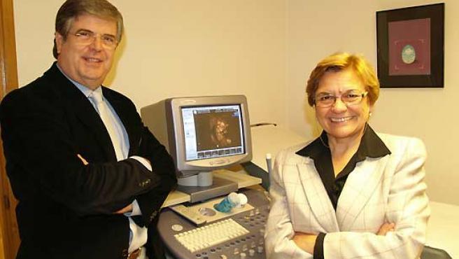 Los doctores Josep Sabriá y Concepció Bach, en su consulta de Girona.