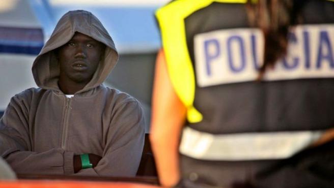 Uno de los seis inmigrantes que llegaron al puerto de Los Cristianos, todos con aparente buena salud.