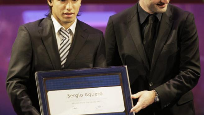 El kun, recibiendo el premio de la FIFA (AP Photo).