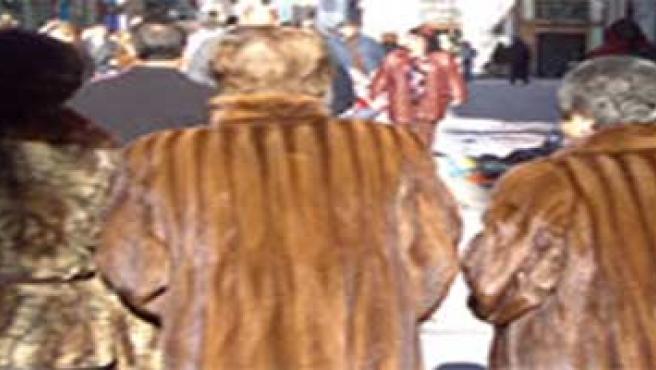 gente paseando por la calle en invierno