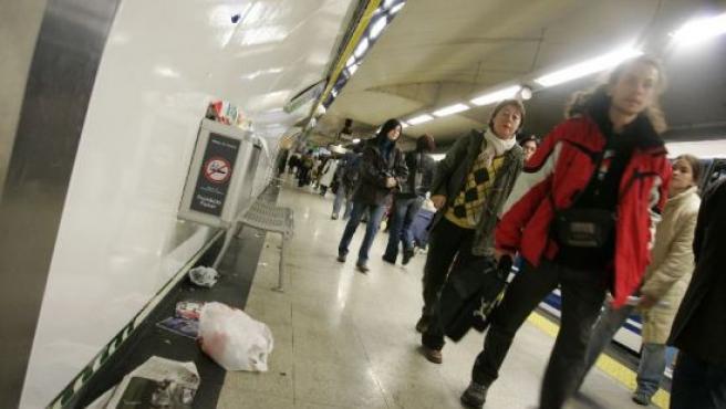 La suciedad se acumula en las estaciones de metro. (JORGE PARÍS)