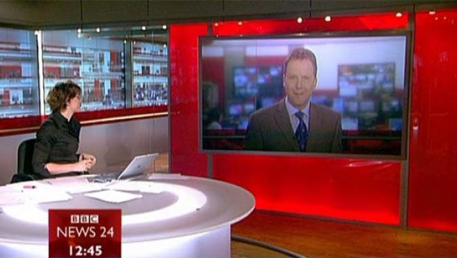 Una presentadora del canal de noticias de BBC durante una conexión en directo con uno de los corresponsales de la cadena pública británica.
