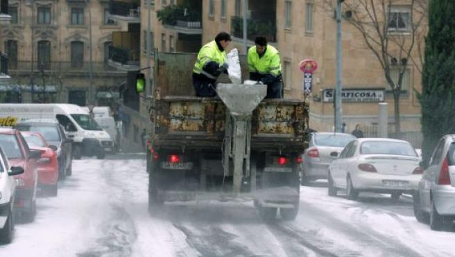 Operarios echando sal en las calles de Salamanca. (J.M. García / EFE)