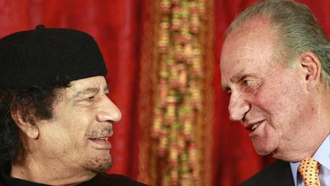 El Rey Don Juan Carlos conversa con Gadafi, antes del almuerzo que sus Majestades le han ofrecido hoy (EFE/Manuel H. de León).