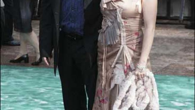 Tim Burton y Helena Bonham Carter posando durante la premier de una película.