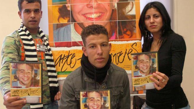 """Los actores Jennfor García (iz), Abdel Aziz el Jaidi (c) y Yassin Fatitt (d),durante la presentación del cortometraje """"Ante todo, jóvenes"""", protagonizado por jóvenes reclusos del Centro Penitenciario Provincial de Granada."""
