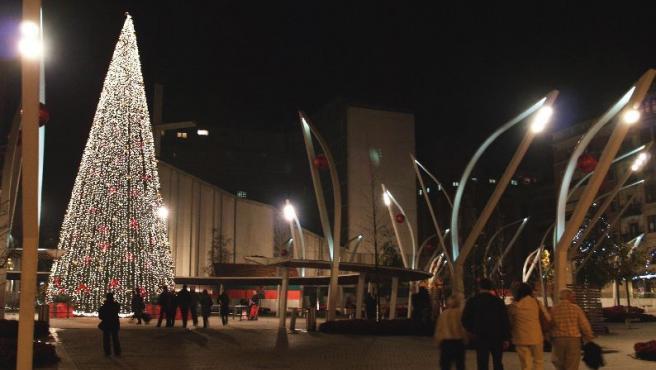 Numerosos vecinos admiran el árbol de navidad de la plaza de Indautxu, el más alto de Bilbao
