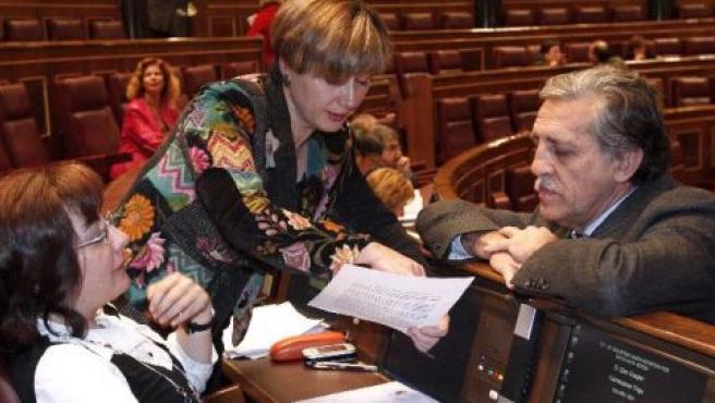 Las diputadas de IU, Carma García y Montserrat Muñoz, conversan con el portavoz del PSOE, Diego López Garrido.