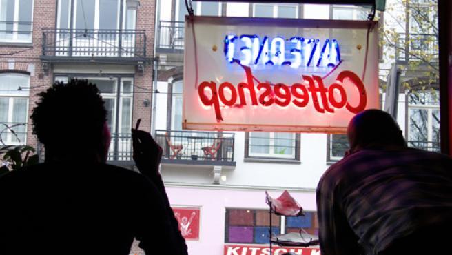Un joven fuma en un establecimiento de Amsterdam