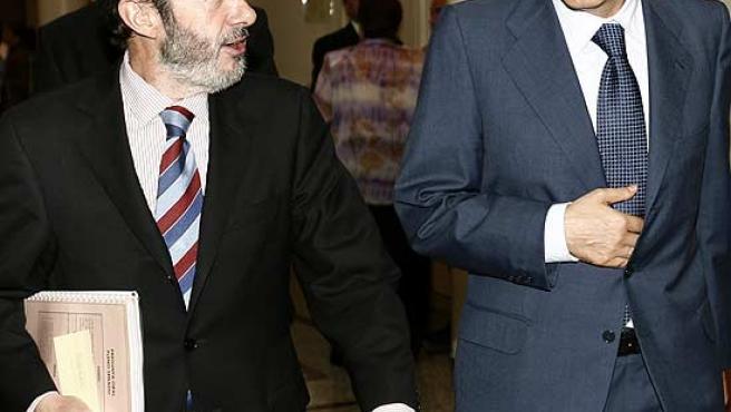 Rubalcaba y Zapatero, en los pasillos del congreso. (Archivo).