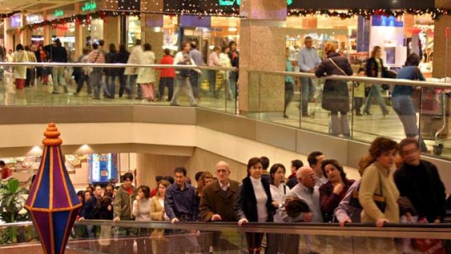 Las compras navideñas colapsan de tráfico los centros urbanos. (ARCHIVO).
