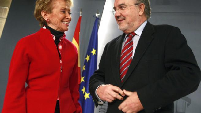 Pedro Solbes y Fernández de la Vega en la rueda de prensa de este viernes. (Manuel H. de León/EFE)