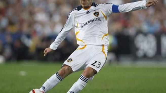 Beckham se dispone a lanzar una falta con Los Galaxy. (EFE)