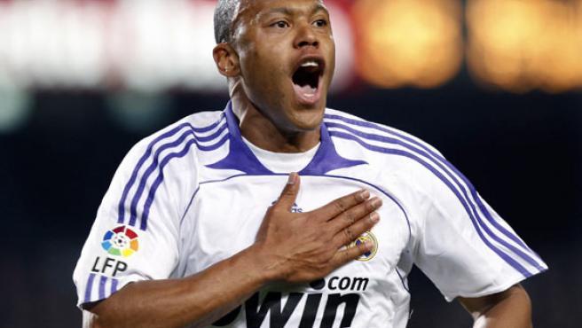 Julio Baptista celebra su tanto en el Camp Nou. (EFE)