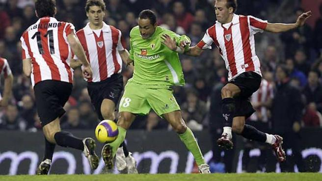 El jugador brasileño del Real Murcia, Joao Fernando Nelo 'Baiano', disputa un balón con Fran Yeste. (Alfredo Aldai / EFE).