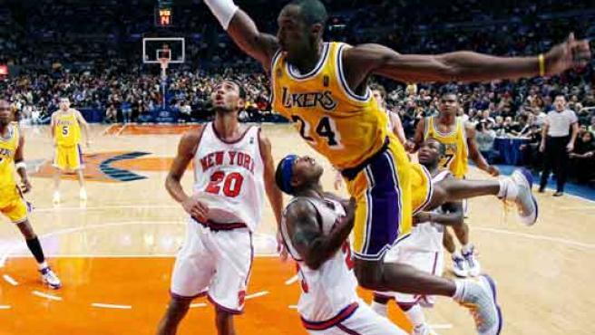 El escolta de los Lakers Kobe Bryant intenta anotar con un salto espectacular ante la defensa de los Knicks.