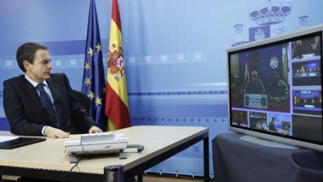 Zapatero en el Palacio de la Moncloa durante la videoconferencia con las tropas. JUANJO MARTÍN /EFE